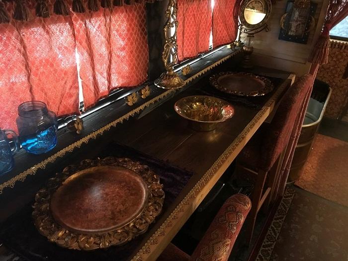 Барная стойка служит столовой зоной в «цыганском доме».