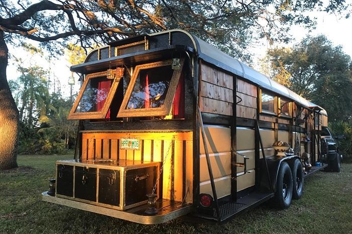 Из прицепа для перевозки лошадей создали настоящий «цыганский дом» (DIY Cosy Home).