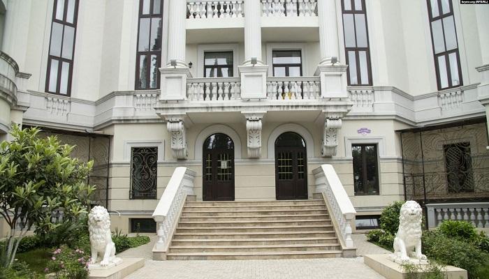 Помпезные колонны и парочка львов украшает парадный вход в жилой комплекс «Император» (Ливадия, Крым). | Фото: liga.net.