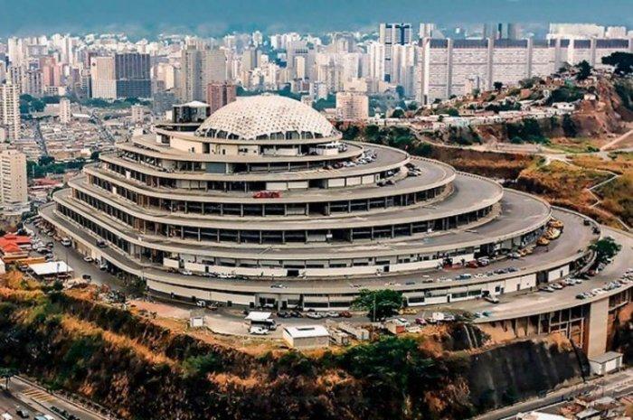 Общая площадь футуристического торгового центра достигает 73 тыс. кв м («El Helicoide», Каракас). | Фото: estrelladigital.es.