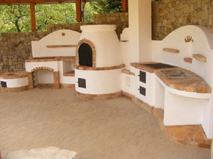 Русская печь — главный атрибут зоны барбекю на даче или загородном доме.