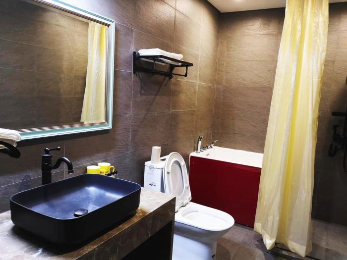 Одна из общих ванных комнат отеля-библиотеки («Liuyue Capsule Hotel», Китай). | Фото: booking.com.