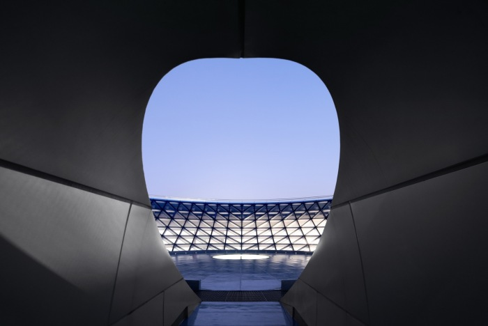 Над атриумом The Shanghai Astronomy Museum создан перевернутый купол, в центре которого имеется обзорная площадка (выход на «стеклянное блюдце»). | Фото: designbuild-network.com.
