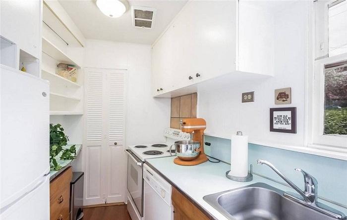 Кухня необычного дома, построенного из вредности.