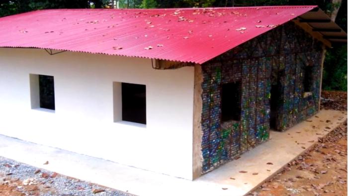 После полной отделки фасада и не скажешь, что он из хлама собранного на пляже (Plastic Bottle Village, Панама). | Фото: youtube.com.