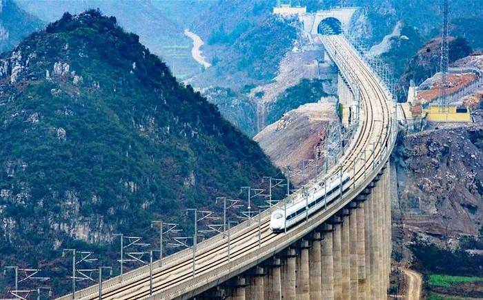 Даньян-Куньшаньский виадук проходит над ущельями, впадинами, озерами и полями (Китай).