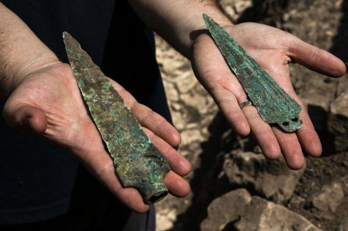 В верхнем слое, расположенном над городом, было обнаружено захоронение воина и бронзовые копья (Израиль). | Фото: Olivier Fitoussi/ Israel Antiquities Authority.