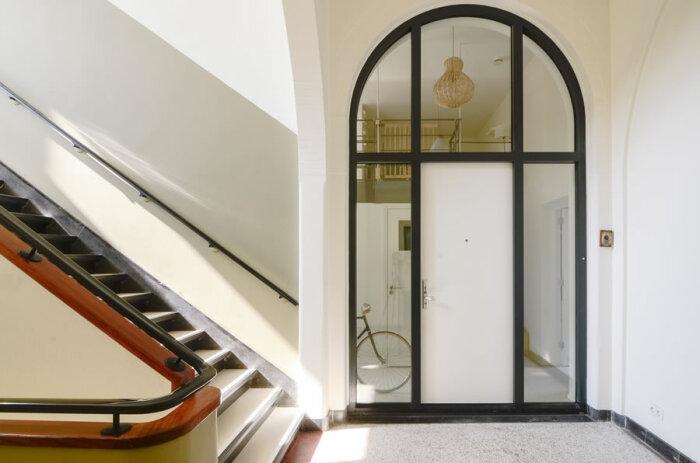 Только дверь и лестница напоминает о том, что в этом здании была школа. | Фото: andrey-che.livejournal.com.
