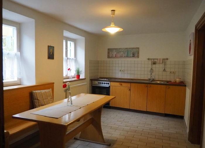 Кухня объединена с просторной столовой.
