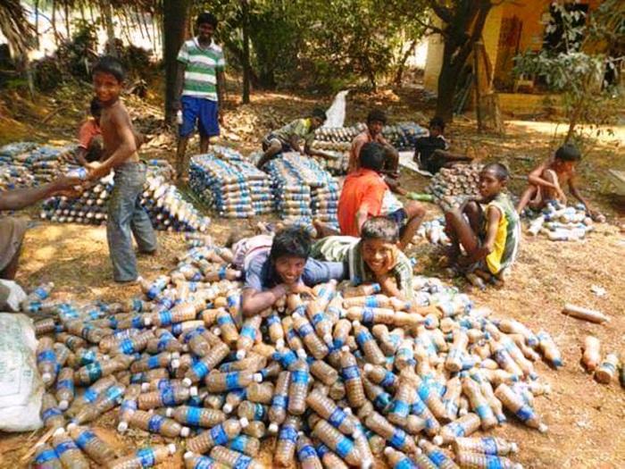 Дети с радостью помогали набивать песок в бутылки. | Фото: ezermester.hu.