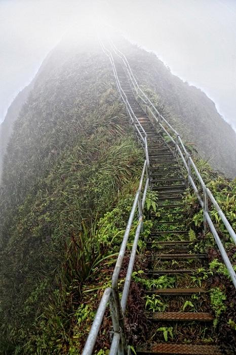 Лестница проходит в дымке облаков.