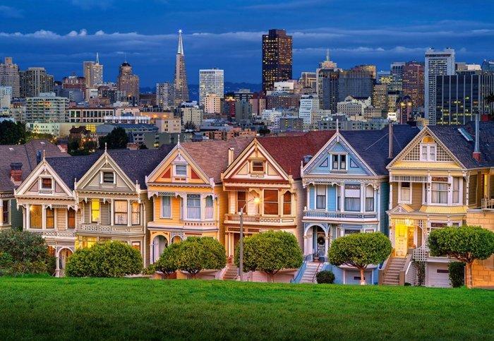 В ночное время сказочные домики выглядят особенно красиво («Painted Ladies», Сан-Франциско). | Фото: puzzle.store.bg.