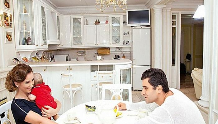 Анфиса Чехова со своей семьей на кухне. | Фото: ru.tsn.ua.