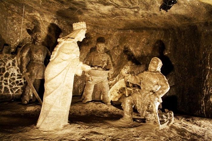 Скульптура принцессы Кинги, которой вручают ее кольцо соледобытчики.