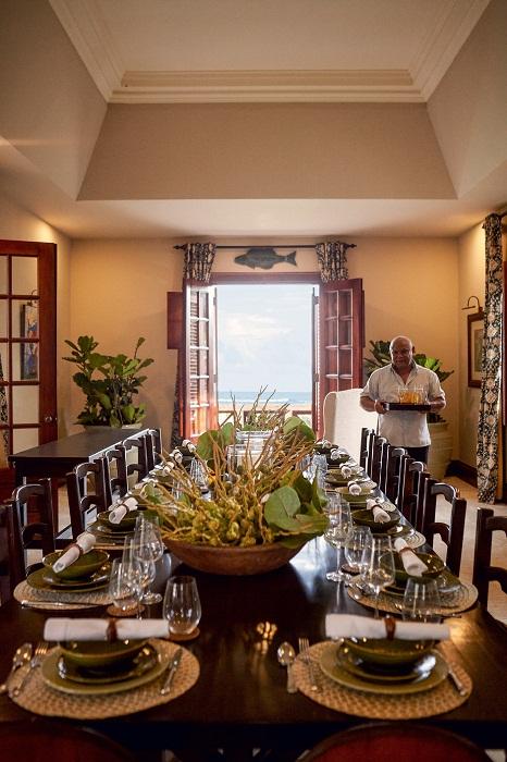 Великолепная столовая, в которой всегда полно гостей.   Фото: Тьяго Молинос (Tiago Molinos).