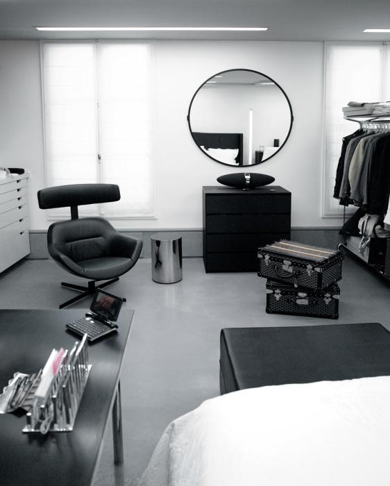 Огромных размеров гардеробная вместила не только костюмы метра, но и рабочий стол и кресла (квартира Карла Лагерфельда, Париж). | Фото: Karl Lagerfeld.