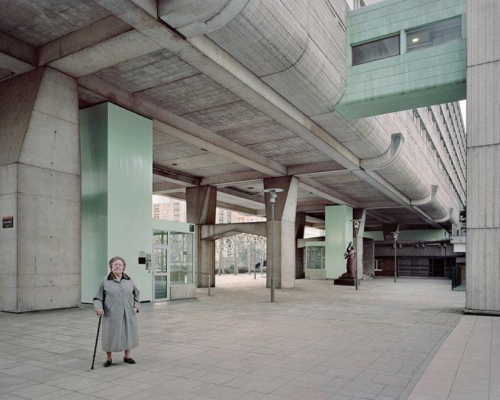 Брошенным оказался не только футуристический комплекс, но и старики, которые в нем остались жить. | Фото: Laurent Kronental/ cameralabs.org.