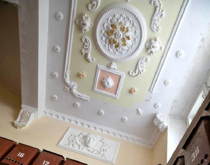 Лепной декор на потолках просто завораживает своей воздушностью и легкостью.