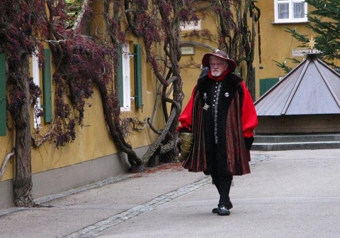 Туристов встречают жители в исторических костюмах.