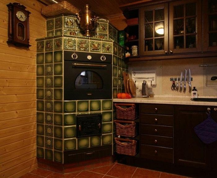 Печка в стиле «русский терем» гармонично вписалась и в интерьер современной кухни.