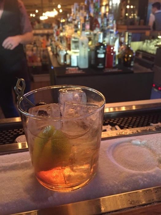К ледяной дорожке на барной стойке в жаркий день посетители слетаются, как пчелы на мед. | Фото: news.myseldon.com.