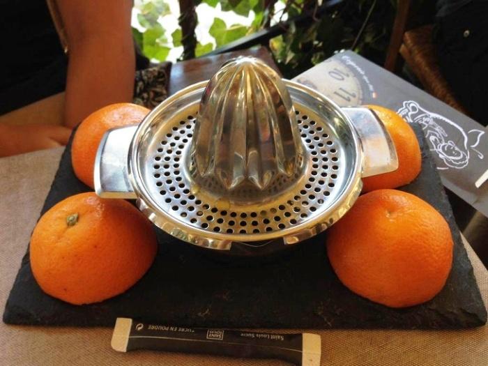 Чтобы у клиента не возникало сомнений о натуральности фреша, ему предлагают самому выжать сок. | Фото: news.myseldon.com.