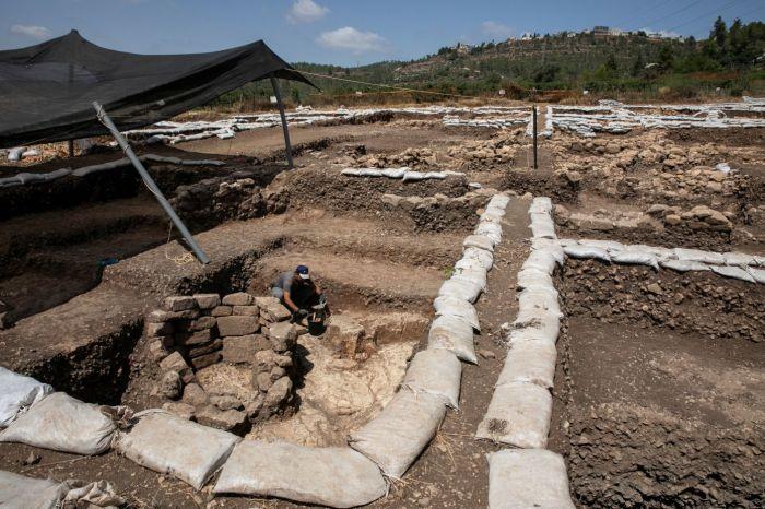 Жители найденного города строили дома из глиняных кирпичей на каменном фундаменте, который хорошо сохранился до наших дней (Motza, Израиль). | Фото: Olivier Fitoussi/ Israel Antiquities Authority.
