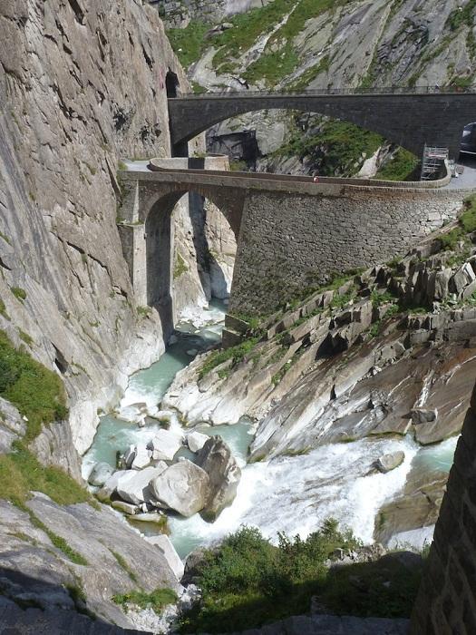 Над ущельем Шёлленен перекинут уникальный мост (Teufelsbrucke, Швейцария).