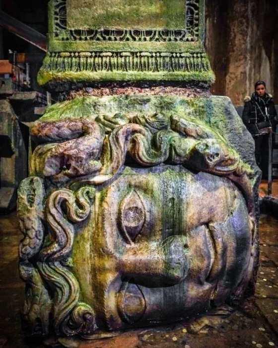 Одна из уникальных колонн Цистерны Базилики украшена головой Медузы Горгоны, которая лежит на боку (Стамбул). | Фото: turplay.ru.