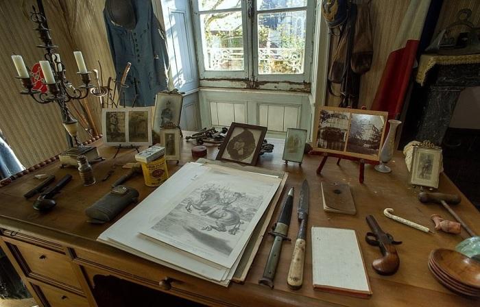 Все вещи, которые любил погибший воин, родители бережно пытались сохранить для потомков (Белабр, Франция). | Фото: tresubresdobles.com.