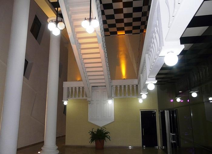 Вот такая помпезная лестница встречает посетителей «The white restaurant».