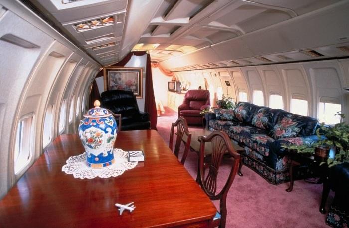 Гостиная получилась довольно просторная и стильная (дом-самолет «Little Trump»). | Фото: healthyfrog.readsector.com.