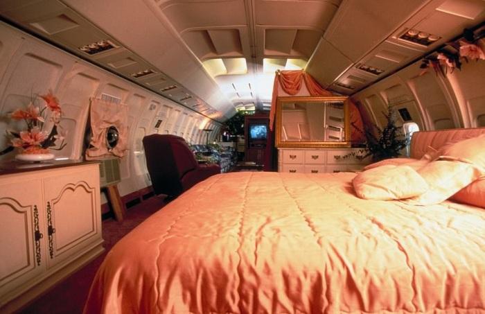 Интерьер спальни легко изменить с помощью текстиля (дом-самолет «Little Trump»). | Фото: healthyfrog.readsector.com.