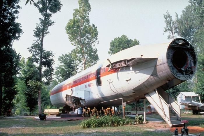 Списанный Boeing 727 установили на берегу озера неподалеку городка Benoit, штат Висконсин (дом-самолет «Little Trump»). | Фото: healthyfrog.readsector.com.
