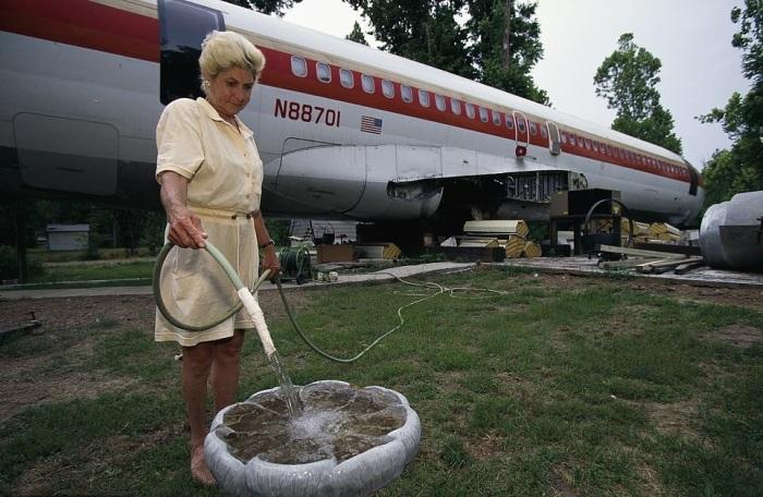 Джо Энн Уссери рядом с самолетом установила поилку для птиц (дом-самолет «Little Trump»). | Фото: dailymail.co.uk.