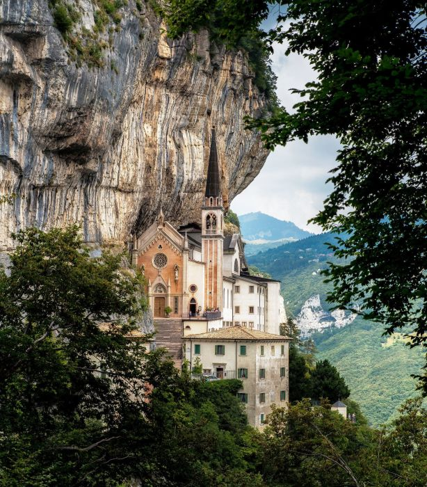 Каменная корона «венчает» церковь на краю утеса (Santuario Madonna della Corona). | Фото: etotam.com.