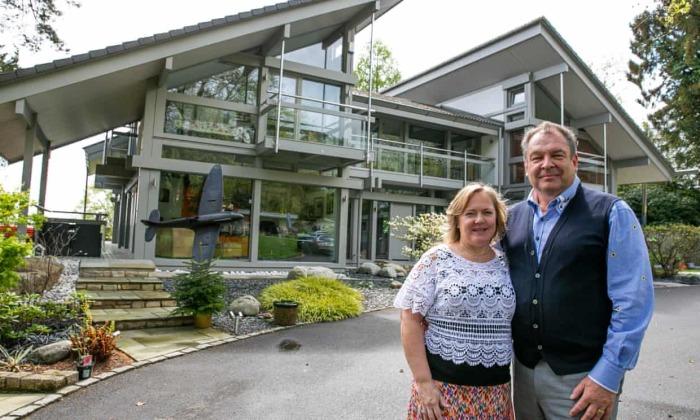 Марк и Шарон Бересфорды организовали лотерею, объявив свою виллу Avon Place главным призом (Рингвуд, Великобритания). | Фото: theguardian.com.