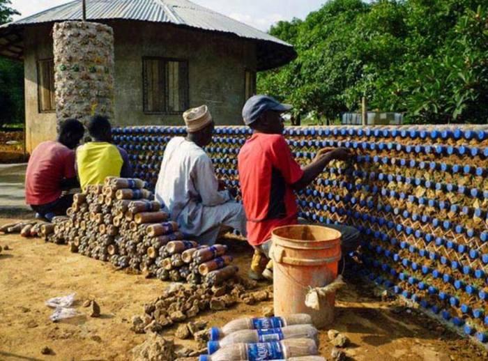 Из пластиковых бутылок сделали даже забор. | Фото: facebook.com.