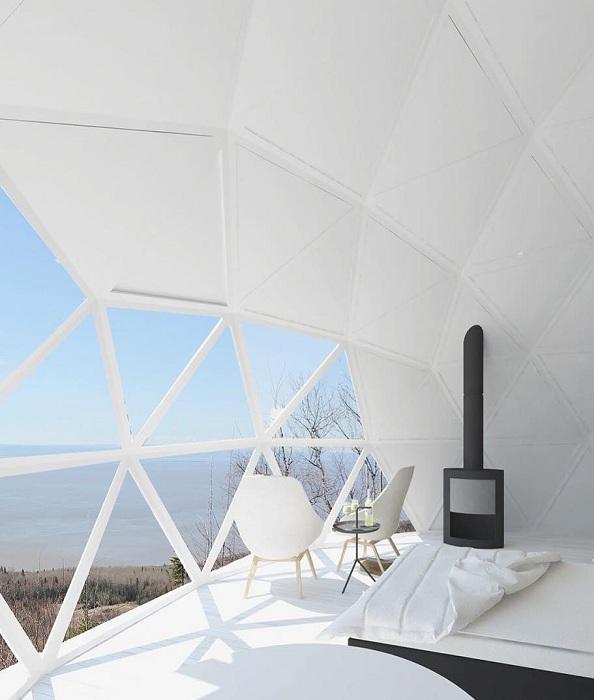Интерьер номера выдержан в спокойных светло-серых тонах (Domes Charlevoix, Канада). | Фото: jolijolidesign.com.
