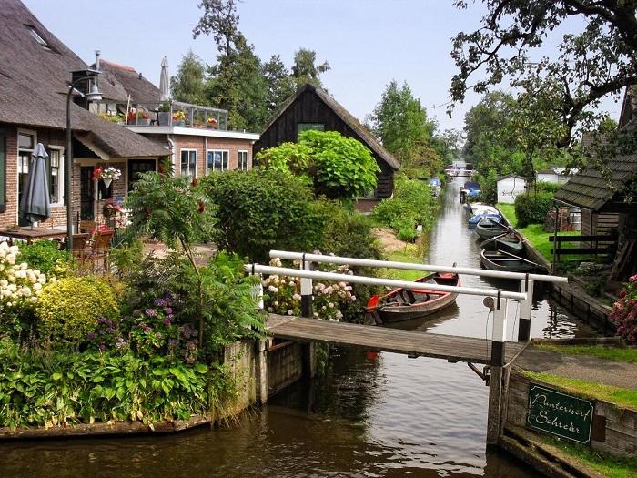 Только с помощью мостов можно попасть на другую сторону канала.