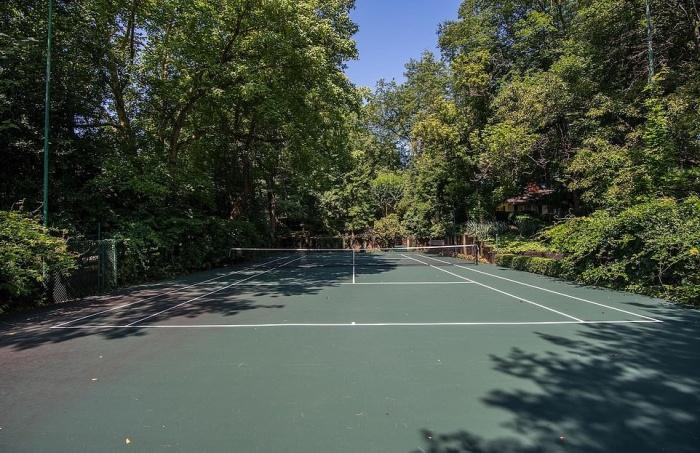 В особняке имеется и свой теннисный корт (Round Hill, Мэриленд). | Фото: dailymail.co.uk.