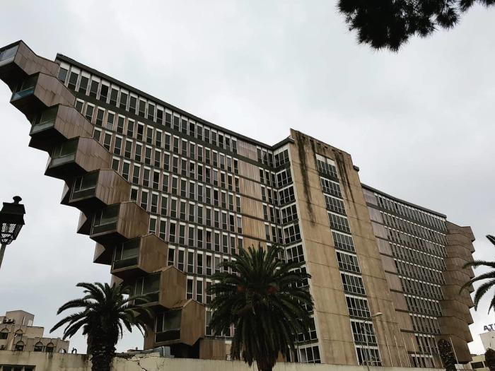 С 2000 года яркий представитель брутализма перестал принимать гостей и начал разрушаться (Hotel du Lac, Тунис). | Фото: deskgram.net.