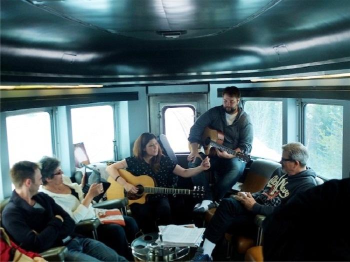 Своеобразная гостиная в спальном вагоне канадского поезда.