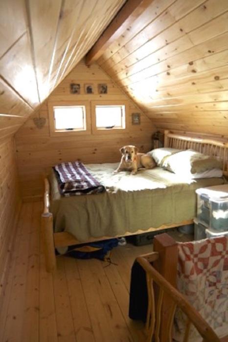 Интересное решение интерьера спальни.