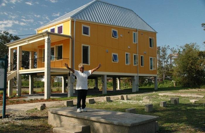 Дома были установлены на высоких сваях.