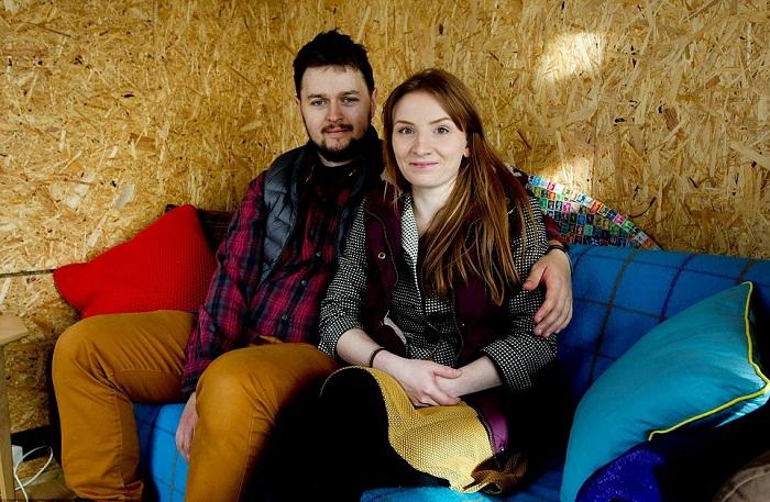 Кристиан и Кира – создатели необычного мини-домика из строительных отходов и вторсырья.