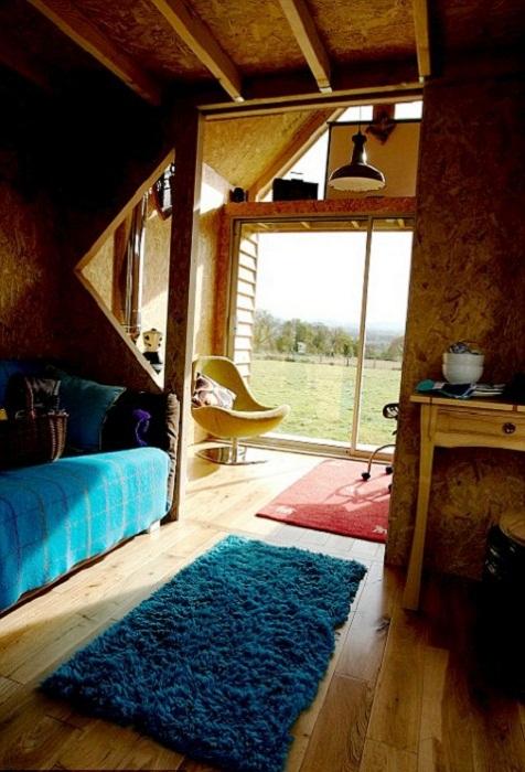 Большие окна и стеклянная дверь придают особого уюта и тепла всему дому.