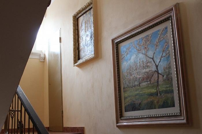 Фрески, обрамленные массивными рамами, придают грациозности всем творениям художника.