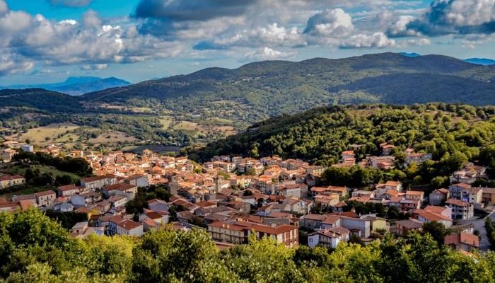 Город находится в одном из живописнейших районов Италии (Остров Сардиния).