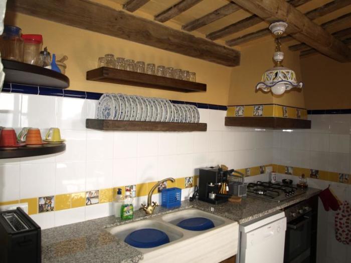 В отеле-замке полностью оборудована кухня с комплектом столовых наборов, кофемашиной, духовым шкафом, посудомоечной и стиральной машиной («Castell de Llaes», Испания). | Фото: tripadvisor.es.